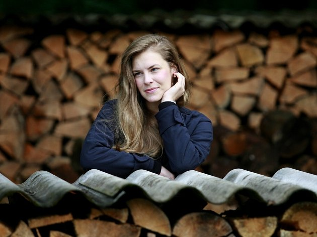 Mladí filmaři ladí v Poněšicích u Hluboké scénáře snímků o manželce Husáka či krimithriller. Pomáhá i herečka Petra Nesvačilová (na snímku).