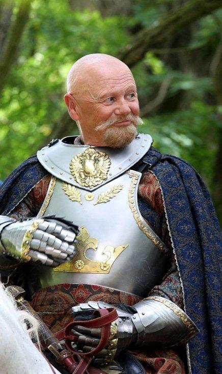 Česká televize natáčela v Kestřanech na Písecku pohádku Pravý rytíř, která se bude vysílat o Vánocích. Na snímku Jiří Korn jako král Jakub.