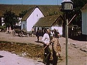 Záběr z filmu Kam čert nemůže. Josef Svoboda, bývalý zbudovský mlynář (na snímku vepředu vlevo s M. Horníčkem) u holubníku na statku u Kohlů.