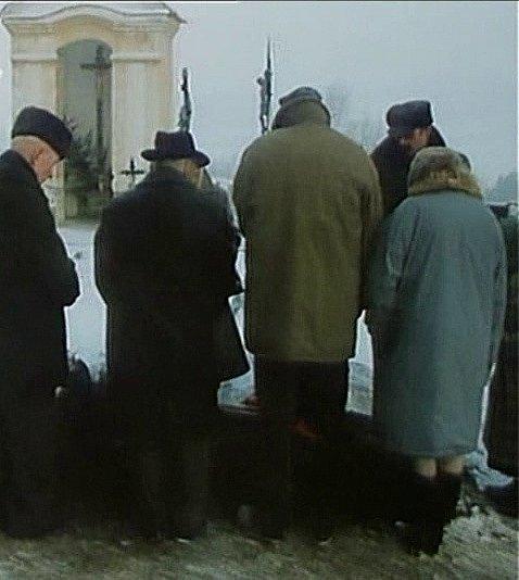 Pohřeb na hřbitově vDobrši natočila režisérka krátce poté, co sama pochovala svého otce. Dobršský hřbitov skostelem poutá často pozornost filmařů.