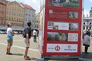 Velkoformátové fotografie českobudějovického fotografa Milana Bindera s názvem Když století městem proletí na náměstí v Českých Budějovicích.