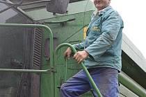 Na kombajnu prožil František Fučík velkou část života. Letos zahájil v Zemědělském družstvu Ločenice svou padesátou sezónu.