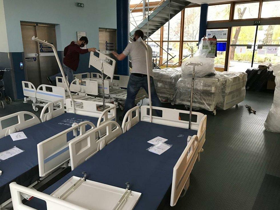 Strakonická nemocnice reaguje na nárůst pacientů nakažených koronavirem potřebujících hospitalizaci zvýšením kapacity. Minulý týden pořídila 20 nových elektrifikovaných lůžek.