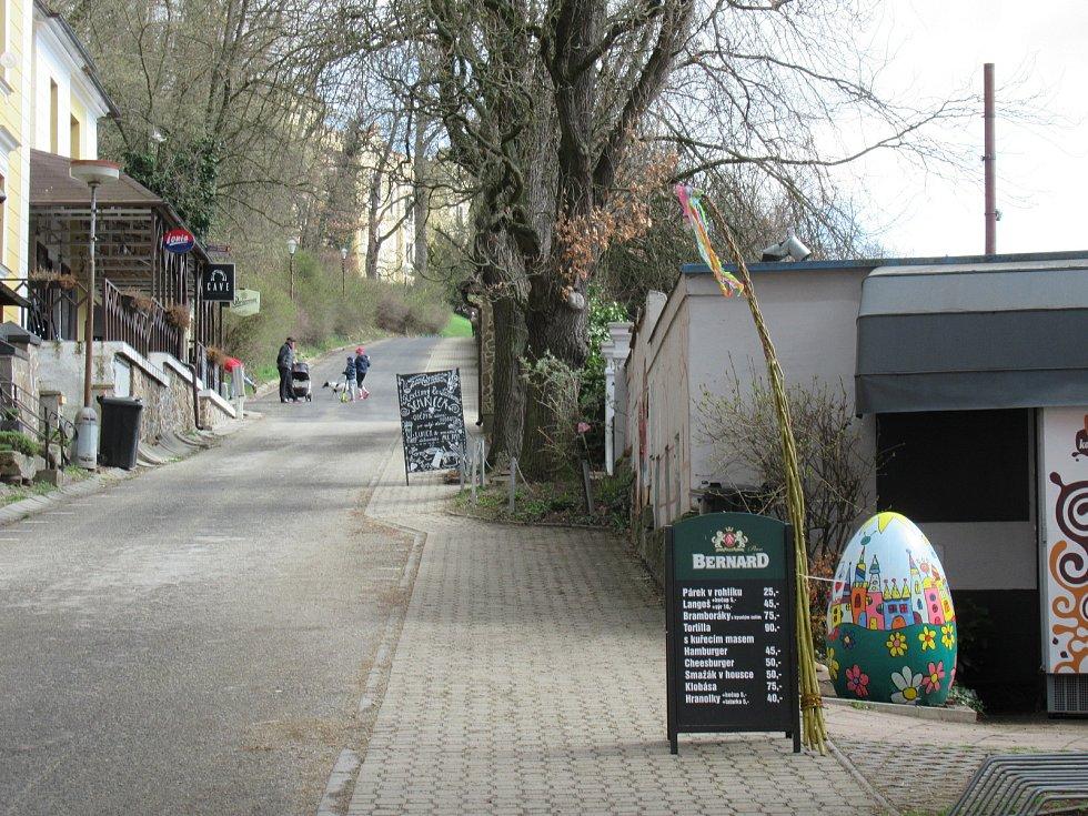 Celkem 27obřích kraslic je ukryto vkatastru Hluboké nad Vltavou, tentokrát na třech vycházkových okruzích vzámeckém parku (4km), kolem hlubockých rybníků (5km) a okolo Staré obory (6,5km).