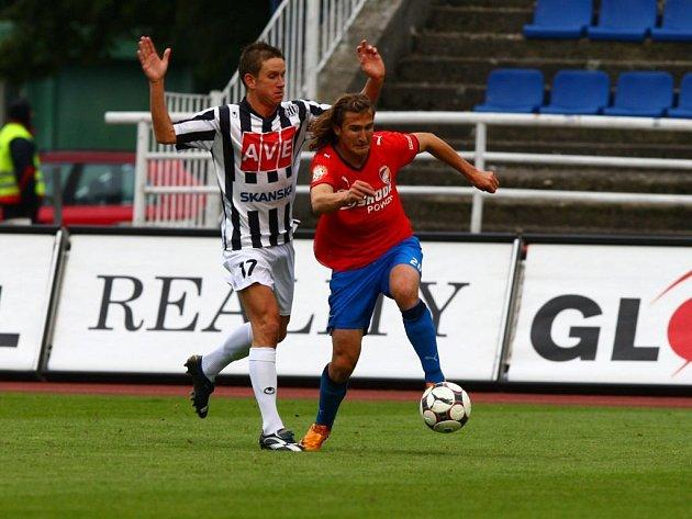 Plzeňský Petr Jiráček uniká Petru Benátovi z Českých Budějovic během sobotního utkání 7. kola Gambrinus ligy.
