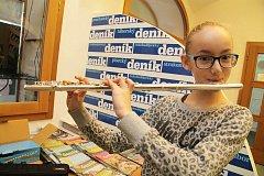 Příčnou flétnu si Anna Peclová v redakci Deníku rovnou vyzkoušela.
