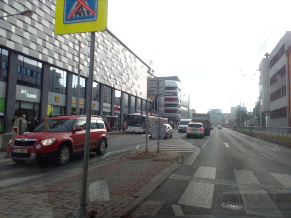 Ztížená byla doprava 7. 12. 2020 v celých Českých Budějovicích. Místy se ale dalo projet jako obvykle, například v Pražské třídě odpoledne směrem do města nedaleko Družby, jak ukazuje snímek.