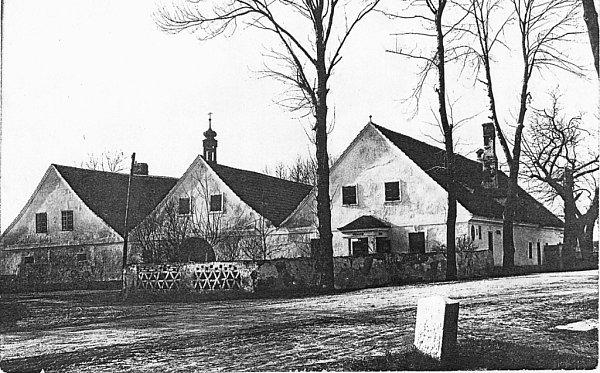 1933. Začátkem minulého století vHolkově ještě fungoval zájezdní hostinec. Po roce 1950začala stavba chátrat.