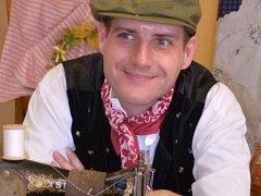 David Blažek se naučil sám šít, aby mohl doplňovat svou sbírku krojů.