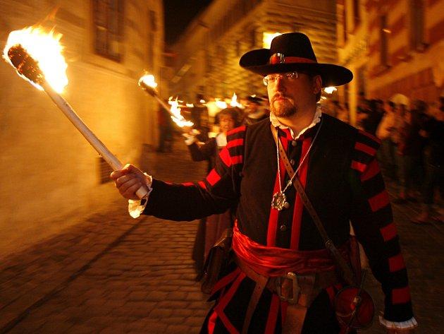 Ohňový průvod patří před půlnocí mezi oblíbené body programu Slavností pětilisté růže vČeském Krumlově. Návštěvníci historického města se mohou těšit ina šermířské ukázky, tradiční historický průvod, slavnostní ohňostroj nebo živé šachy.