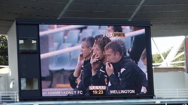 Petr Požárek sbíral cenné zkušenosti v Austrálii. Na snímku při ligovém utkání český trenér Vítězslav Lavička na lavičce mistrovského FC Sydney.