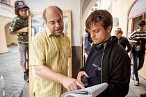 Mnoho natáčecích hodin strávili filmaři v České ulici. Na fotografii režisér Jiří Mádl a herec Miroslav Táborský.