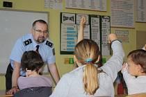 Besedu na téma šikana připravil policejní mluvčí Jiří Matzner minulý pátek na Církevní základní škole při Biskupském gymnáziu J.N. Neumanna v Českých Budějovicích. Žáky čtvrté třídy často zapojoval do společného povídání.