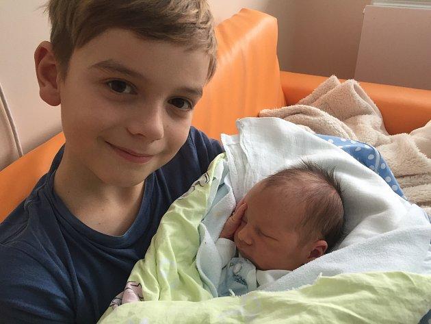 Toníček Janoušek, který vážil 3,4 kilogramu a měřil 52 cm, se narodil 19. 1. 2018 v českobudějovické porodnici Aleně a Jakubovi Janouškovým z Českých Budějovic. Na snímku je Toníček s bráškou Adamem.