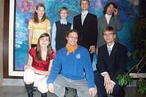 ereza Nedvědová a Jan Matějka (zleva dole) přivezli ze světa cenné kovy ze soutěží v matematice a biologii. Nyní už myslí na vysokou školu.