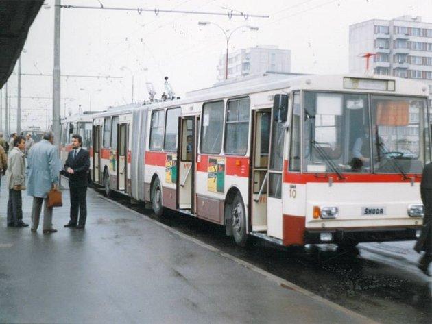 Snímek zachycuje slavnostní zahájení provozu trolejbusové dopravy v Českých Budějovicích na konečné zastávce na sídlišti Vltava 2. května 1991.
