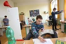 Nejen teorie čekala na účastníky celostátního kola Fyzikální olympiády v Českých Budějovicích. Soutěžící si včera museli poradit i s praktickým experimentem.