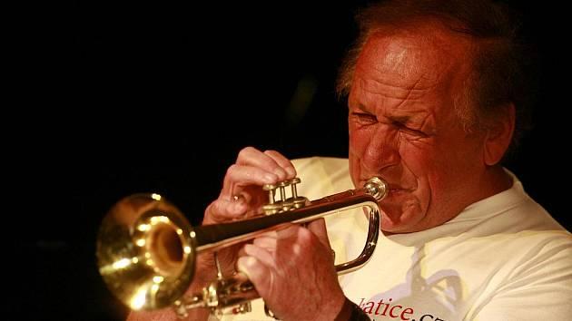Troubením z věže prachatického kostela svatého Jakuba zval světoznámý jazzman Laco Deczi (na snímku) na koncert své kapely Celula New York. Jeho součástí byl křest nového tištěného průvodce městem.