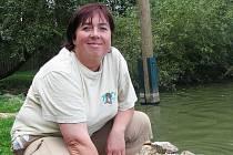 Chovatelka Pavlína Tichá se v hlubocké zoo stará o ptáky. Každodenní součástí její práce je krmení, například pelikáni dostávají pstruhy.
