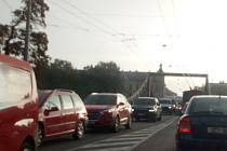 Dojezdové časy automobilu na některých trasách v Českých Budějovicích jsou srovnatelné s rychlostí chůze (na snímku Husova třída a Dlouhý most s kolonami vozidel).