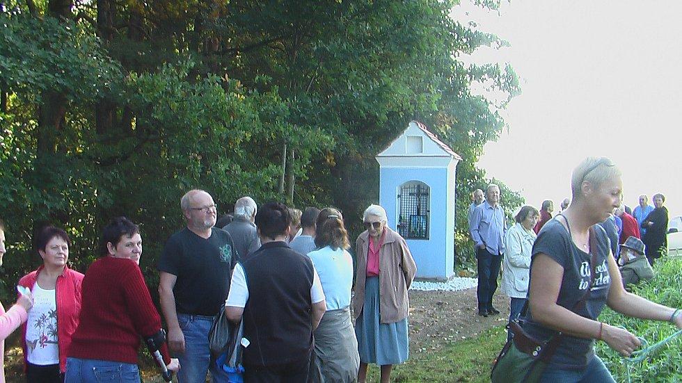 Na svatého Václava vysvětili v Řevňovicích, místní části Strážkovic, novou kapličku. Ta původní se zřítila.