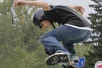 Bez ochranných pomůcek se neobešli tento týden mladí sportovci v českobudějovickém skateparku.