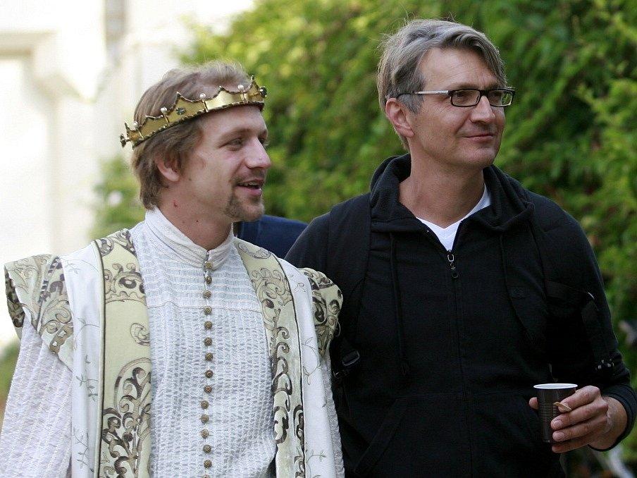 Režisér Jan Svěrák natáčel na zámku Hluboká pohádku Tři bratři. Na snímku s režisérem je Tomáš Klus, který dostal jednu z hlavních rolí.