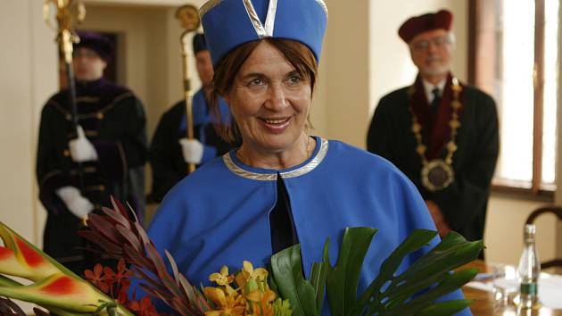 Čestnou profesorkou Jihočeské univerzity byla jmenována,v českobudějovické obřadní síni,bohemistka Sylvie Richterová.