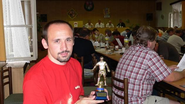 Tomáš Kučera s trofejí určenou Nejlepšímu střelci okresního přeboru v sezoně 2006 / 2007. Exzlivský útočník dal za Sedlec čtyřiadvacet branek, stejně jako loni.