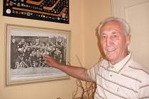 František Vacovský ukazuje na sebe na fotografii hokejových mistrů světa z roku 1949.
