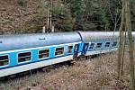 Vykolejený vlak u Hluboké nad Vltavou. Nehoda se stala 19. 12. 2020. Nikdo ze tří desítek cestujících nebyl zraněn.