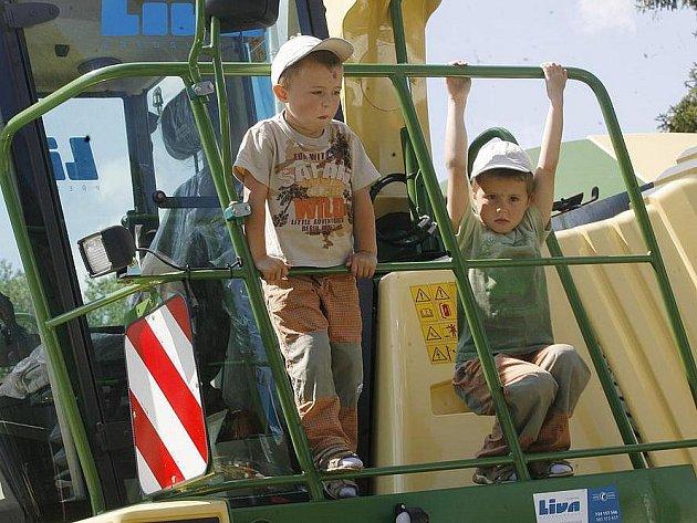 Země živitelka tradičně nabízí přehlídku zemědělské techniky. Traktory, kombajny či secí stroje jsou k vidění na volných plochách u hlavní trasy.