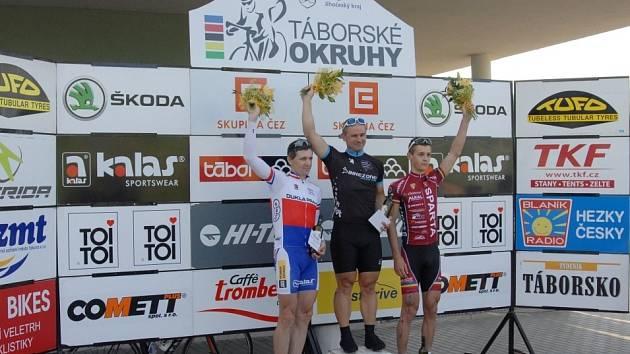 Na stupních vítězů jsou zleva Milan Kadlec, Zdeněk Mlynář a Tomáš Medek