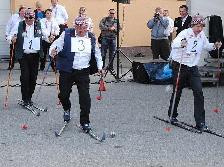 Petr Shýbal (vlevo), kapelník nejstarší jihočeské dechovky Babouci, musel na festivalu v Batelově soutěžit v jízdě na běžkách po asfaltu. Jel na jistotu s vědomím, že ještě hodinu pak bude muset hrát.