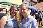 Borůvky i na tvářích. O borůvkové líčení se zájemcům zručně postaraly Anna Kylianová (vlevo) a Eliška Hluštíková.