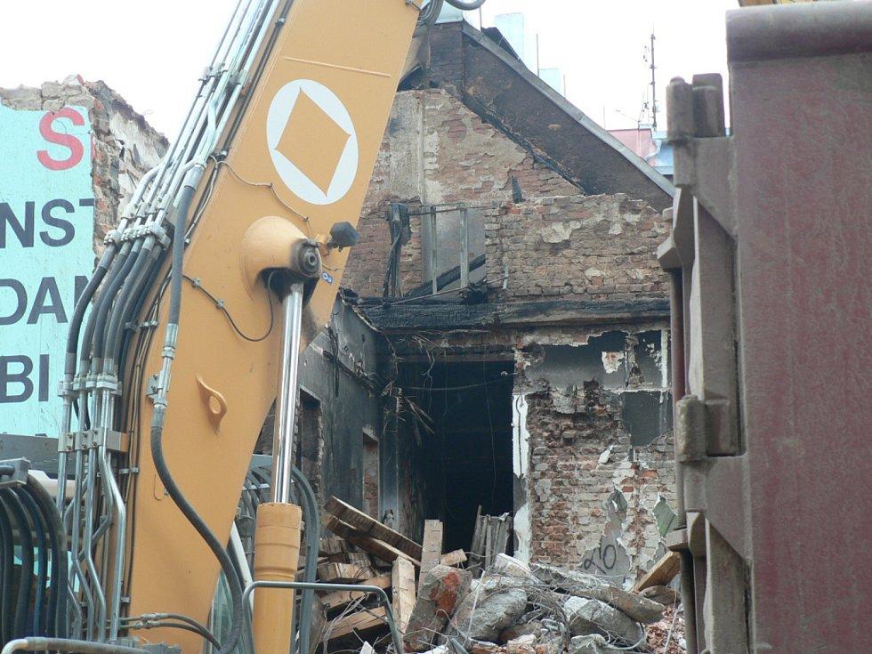 V Českých Budějovicích začalo bourání bývalého kabaretu v Průmyslové ulici. Ve čtvrtek 21. listopadu byly práce v plném proudu (na snímku). Objekt, který byl v havarijním stavu, zachvátil v noci z neděle na pondělí (18. listopadu) požár.