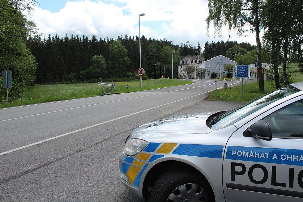 Na hraničním přechodu na Studánkách policie také namátkově kontroluje řidiče.