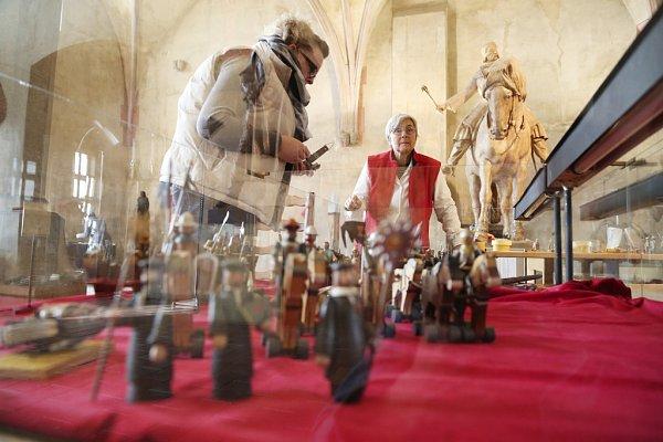 Husitské muzeum vTáboře připravilo výstavu oJanu Žižkovi, slavném vojevůdci zTrocnova, od jehož úmrtí uplyne 11.října 590let. Na snímku figurky od výtvarníka Víta Gruse vzpomíná každý, kdo byl v80. letech dítětem.