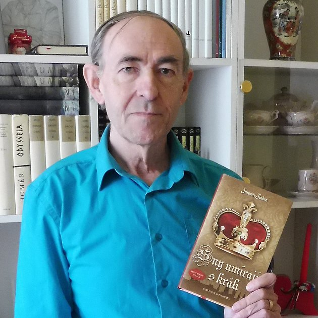 Někdejší novinář Jaromír Jindra loni napsal historický román. Letos mu vyšly hned čtyři knihy. Dva historické romány, jedna kniha pro náctileté a poslední pro děti předškolního věku.