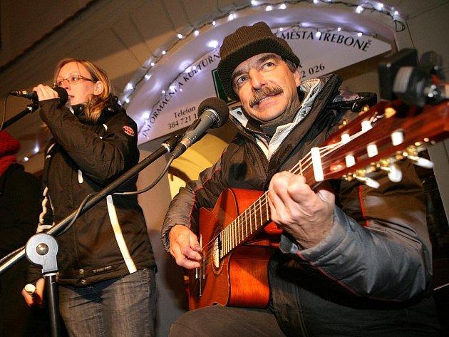 Z jindřichohradecké folkové skupiny odchází její zakladatel Miloslav Vokáč. V kapele zůstanou Pavel Jarčevský a Nela Mládková (zleva na snímku).