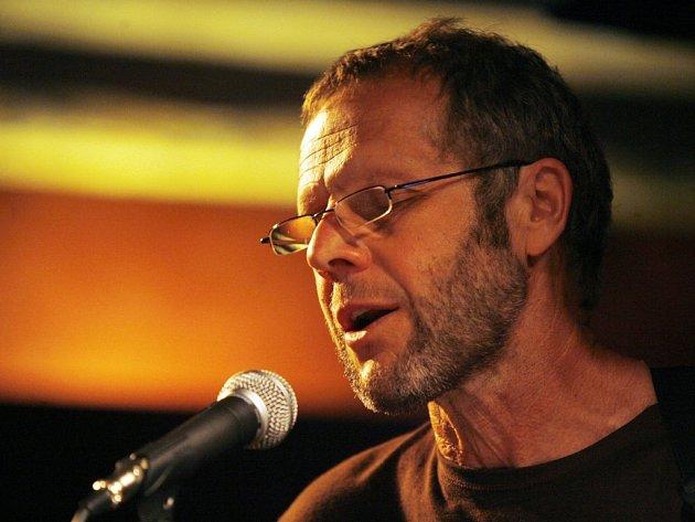 Písecký dělník, básník, rytíř a písničkář Jiří Smrž natočil po sedmi letech nové album Kořeny. Jeho největší síla je v textech.