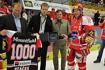 František Ptáček přebírá gratulace ke svému tisícímu zápasu v extralize.