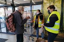 Rozdávání roušek v Českých Budějovicích. Dobrovolníci rozdávají roušky ušité pro město.