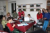 Obyvatelé Rychnova u Nových Hradů se na zpívání koled důkladně připravují.