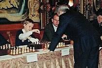 S Kasparovem Ondřej Hlaváček, žák autora této reportáže.