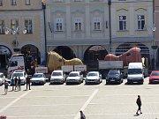 Černou věž zdobí moucha, další sochy přibyly na náměstí.