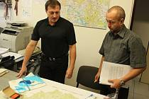 Krizové řízení. Na snímku vlevo velitel oddělení major Josef Kovář, vedle něj vrchní komisař Radek Vildman.