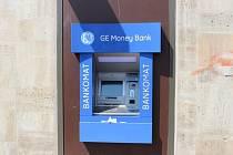 Vybítali jste peníze z tohoto bankomatu u Billy v Jeronýmově ulici? Pak patrně budete mít pár dní zablokovaný účet.