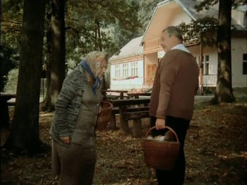 Ludmila Roubíková v epizodní roli houbařky hledí do plného košíku Josefa Hlinomaze před chatou Živec u Písku.