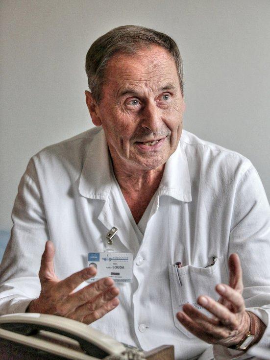 Vojtěch Louda nastoupil před padesáti lety hned po studiu medicíny do českobudějovické nemocnice.